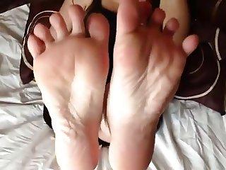 kiss feet