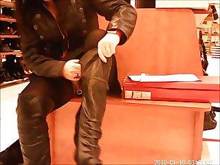 Essayage de chaussures sans culotte avec son piercing