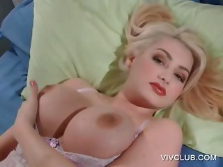 Blonde sex bomb pleases twat with vibrator
