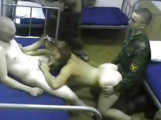 Gang bang d une jeune catin dans une caserne militaire Russe