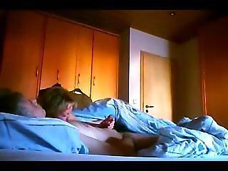 Manuela beim geilen Spermaschlucken mit Fremdschwanz