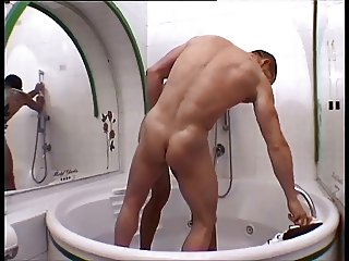 Italy men fuck in the bathtub