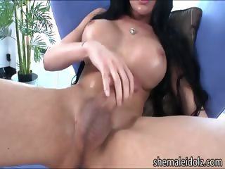 Tempting shemale Mia Isabella jacks off