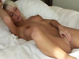 Unbelievable pussy of blondie girl